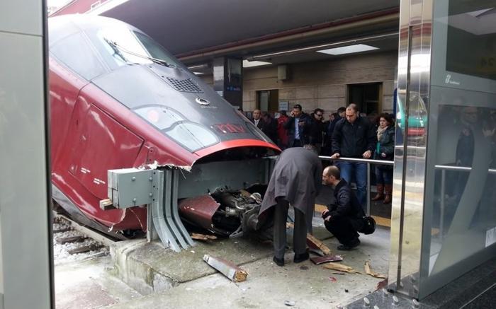 Treno italo si schianta alla stazione di napoli napoli - Binario italo porta garibaldi ...